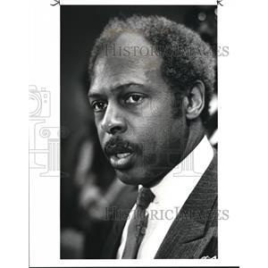 1987 Press Photo James L. Hardiman Voices his Displeasure with Arthur Feckner