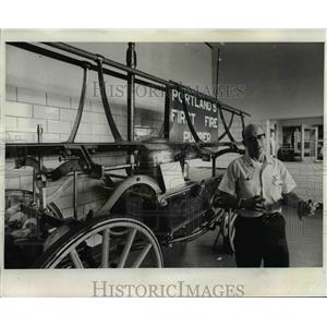1974 Press Photo Lt. Jerry Nusbaum-Portland fire engine - orb77743