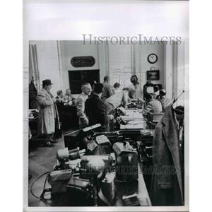 1954 Press Photo White House press room offices with crowd of reporters