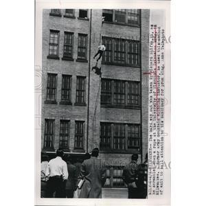 1949 Press Photo University of Wisconsin as Richard Slifka stunt to be prom king