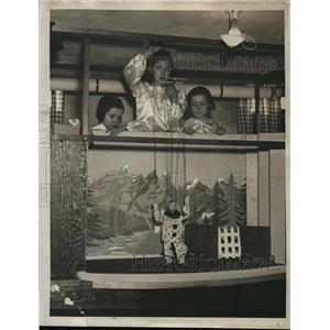1922 Press Photo Sara, Alice & Jane Godard with Puppet Show with Clown