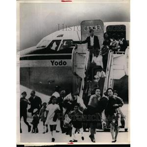 1970 Press Photo Japanese student hijacker urges passengers to hurry from plane