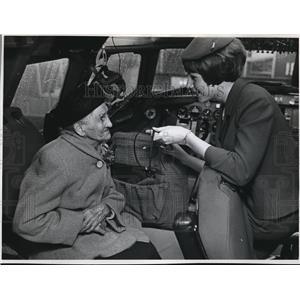 1968 Press Photo Anna Yoakum with Stewardess JoAnn Beeman - ora99552