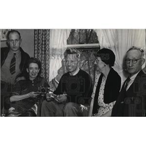 1939 Press Photo Roy Shreck (center) and family. - spa18672