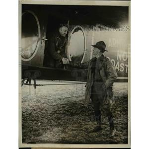 1923 Press Photo Lt John Macready shakes hands with Lt E Abbey before flight