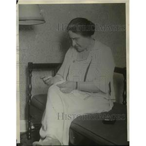 1924 Press Photo Mrs. Marion Leroy Burton Sewing In Her Couch - nee96449
