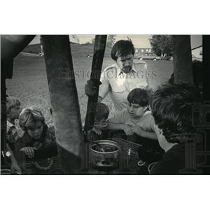 1985 Press Photo Britton & children at Green Tree School looking at equipment