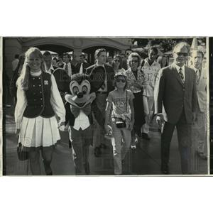 1972 Press Photo Sherry Setts & Mickey Mouse Escort Willy Brandt & Family