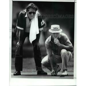 1989 Press Photo Mike Hill and Caddy Bob Taylor looking over a putt - cvb67403