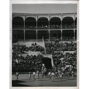 1950 Press Photo Spanish bull fighters enter the ring in Madrid Spain