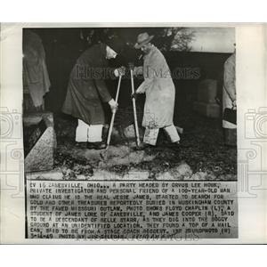 1949 Press Photo Floyd Chaplin and James Cooper dig into the soggy ground