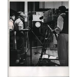 1953 Press Photo A camera is focused on a card in a test by George Bird, Ripon