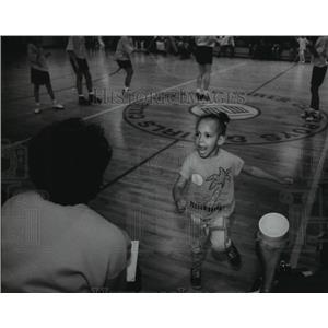 1994 Press Photo Jazmin Johnson tries to imitate the action at Boys & Girls Club