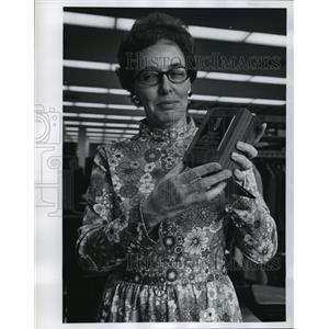 1973 Press Photo Mrs. Dorcas Vlcansky receives Bookfellow award - mja10202