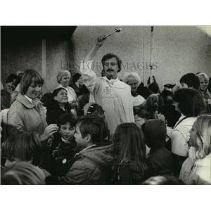 1979 Press Photo Tom Volkert blessing animals at St. Sebastian Elementary School