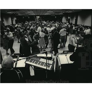 1985 Press Photo Senior Citizen Group At Knights of Columbus Hall to Dance