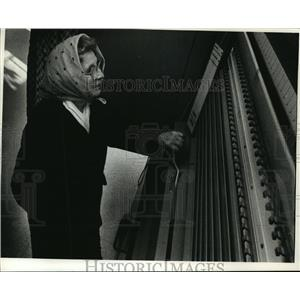 1990 Press Photo Marie Elfner, looked over candidates for village president