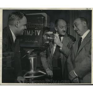 Press Photo Bob Heiss watch Joe Potzner explain TV thing to Frankie Rauch