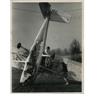 1989 Press Photo Adam Shaiken & Lisa Work at plane that crashed in West Bend