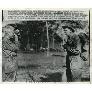 1944 Press Photo Lt. Col. Phillip LaFollette snaps picture of Gary Sheahan