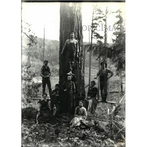 1902 Press Photo Friends and loggers of the Fitzgerald family posenear a tree