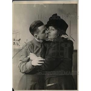 1922 Press Photo John McHenry Kissing Mother Goodbye in Jail - nef03121