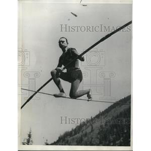 1932 Press Photo Ivy Baldwin walks a high wire in a hilly area - net14774