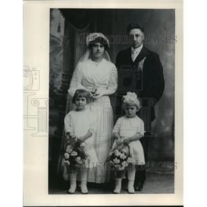 1915 Press Photo Mary & Ed Mueller, as seen in their wedding picture - mjx06863