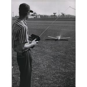1962 Press Photo Ingerson preparing to fly his model plane at Uhlein polo field