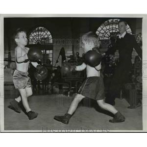 1946 Press Photo Rocky Pratt and Sandy Cunningham in Junior Boxing Championships