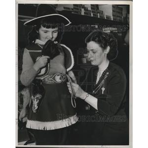 1947 Press Photo Cowgirl Costume is the choice for this attendee at Mardi Gras