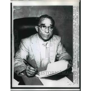1957 Press Photo Federal Judge Ronald N. Davies signs temporary injunction