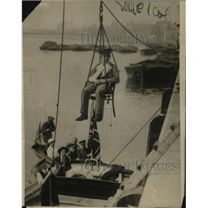 1915 Press Photo British forces use chair lift to transfer wounded from a ship