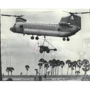 1969 Press Photo Chinook Helicopter carries a damaged artillery cannon