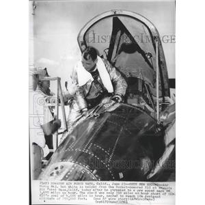 1961 Press Photo Maj Bob White steps out of X15 Rocket after setting speed recd