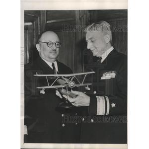 1949 Press Photo R/Adm.Roscoe Schuirmann show Navy Plane to Capt. Cezmi Denizman
