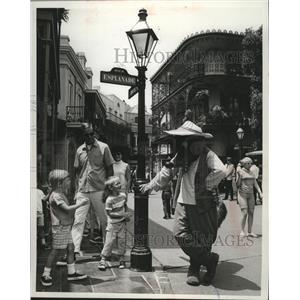 1969 Press Photo Disney's Br'er Fox chatted with youngsters at Disneyland park