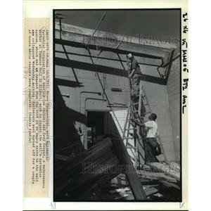 1989 Press Photo Bruce Padgett & Gary Cooper Repair Roof of Tammany Mall Slidell