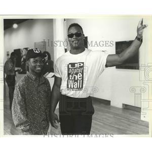 1993 Press Photo Baseball star, Bo Jackson poses with co-star Sheldon Turnipseed