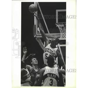 1988 Press Photo Seattle Super Sonics basketball player, Alton Lister, in action