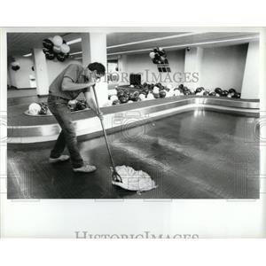 1988 Press Photo Detroit Airport Terminal Alan Zielke