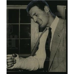 1951 Press Photo Boston Red Sox player Walt Dropo shows his arm in a cast.