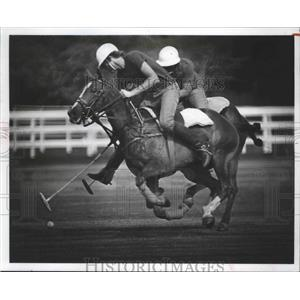 1977 Press Photo Charlie Flanders battles for the ball at the Houston Polo Club