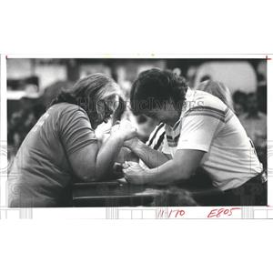 1982 Press Photo Landy Zeh, Patti Dent, Texas State Women's Wrist Wrestling