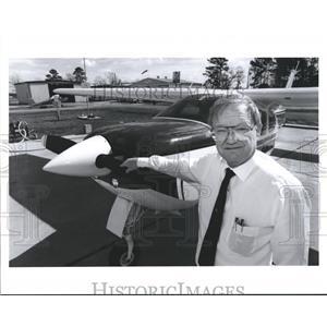 1990 Press Photo Ben Ogletree Livingston Mayor Keeps Plane there- Airports Texas
