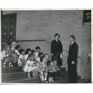 1959 Press Photo Children on steps at San Felipe Courts, Houston - hca07516