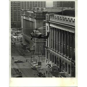 1980 Press Photo The helicopter delivers material to the Library building's roof