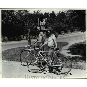 1982 Press Photo The safest way to cross street with Randy Weese & Pamela Miller