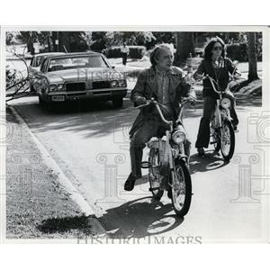 1978 Press Photo Mr. and Mrs. Bill Hansen Ride Mopeds - cvb33015