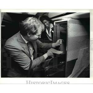 1986 Press Photo Flight attendant, Kay Thomas with the passenger Mike Latimer